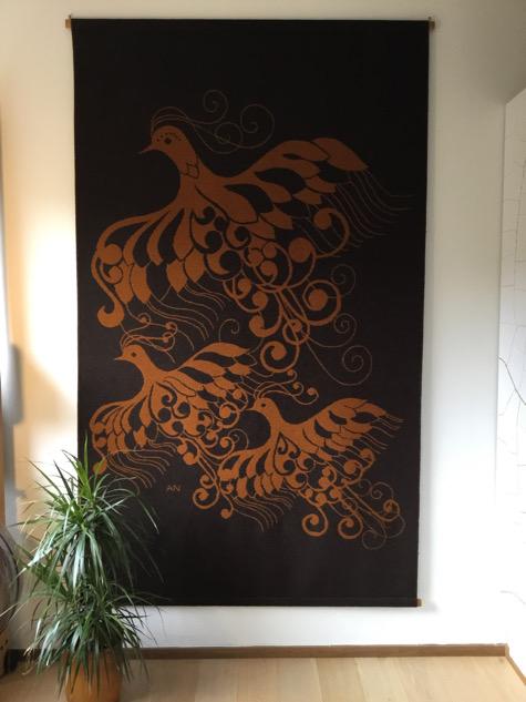 anne numtak, vægtæppe. vævet tæppe, fugle, vægophæng, broderi, svensk design, tekstilkunst, håndarbejde. håndværk, paulinekdk, vejle,, indretning, interiør, boligindretning