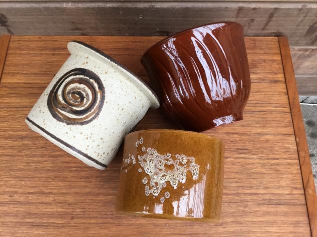 SMUKKE urtepotter med lex glasurer. Alle i PERFEKT stand. Billede 3-5: skøn skjuler af Berte Jessen, signeret. ⭐️PRIS: 150kr MÅL: H12cm og Ø15/12 Billede 6-8: SOLGT ✔️ Billede 9-10: smuk karamelfarvet, blank skjuler på fod, nummereret. ⭐️PRIS: 95kr MÅL: H12,5cm og Ø15/14 #vintage #vintagekeramik #potteskjuler#rustikpotte#urtepotteskjuler #urtepotte #tilsalg #sælges #paulinekdk #borddækning #madeindenmark #midcenturymodern #danishmodern #tilsalg #sælges #forsale #loppefund #genbrug #midmod #classic #interiordesign #homedecor #bæredygtig #indretning