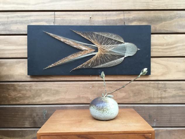 #fugl #vægophæng #kunstværk#håndarbejde #messingtråd #interiør#indretning #boligindretning #retro#vintage #paulinekdk #vejle #midmod#håndværk #kunsthåndværk#vægdekoration